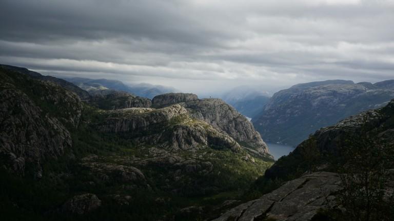 Wij zijn hier al in de buurt van de Preikestolen geklommen, beneden is het Lysefjord te zien.