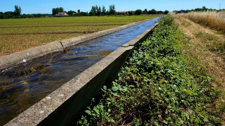 Irrigatie kanalen zorgen voor water aanvoer voor gewassen.